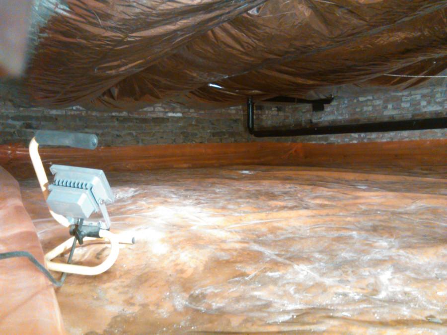 De gesloten luchtkamers aan de onderkant van de vloer en de bodemfolie